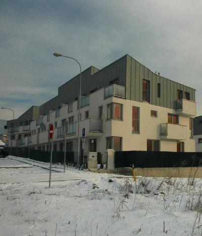 <strong>Nový Martin</strong><br> Vystavbu tvorí skupina štyroch bytovych domov, sú novostavbou, pozostávajú z troch nadzemných podlaží s bytmi.